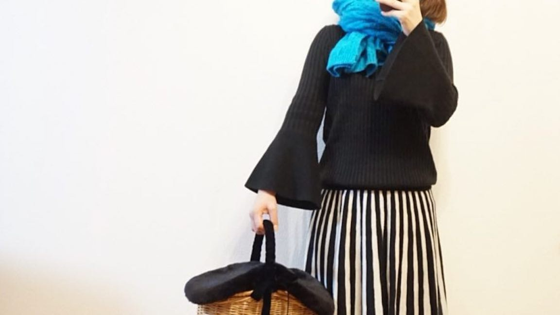 秋色で女らしさアップ!ゆったりとまとうドレープ感のある装い