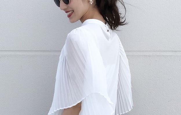 爽やかさが出せる白ブラウスは、抜け感のある着こなしで差を付ける!