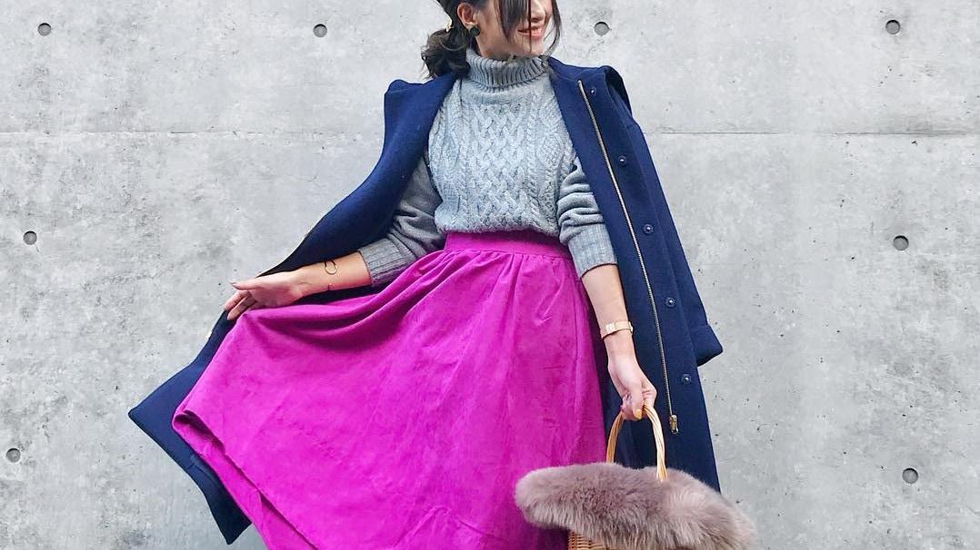 ビビットカラーフレアスカートで女っぽスタイル