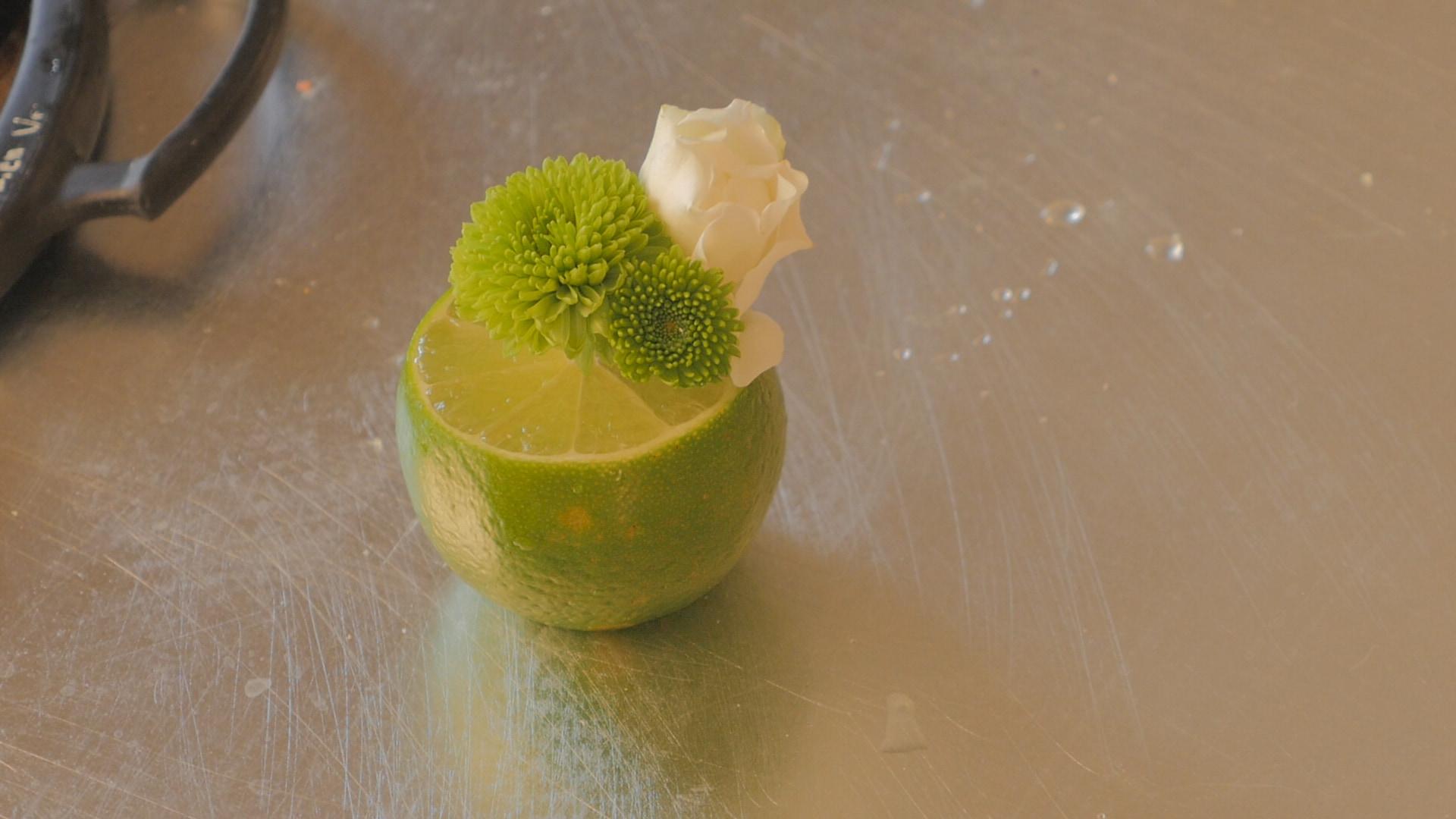 \ライムが花器に!?/フラワーアレンジVol.15『フルーツを使ったミニアレンジ』