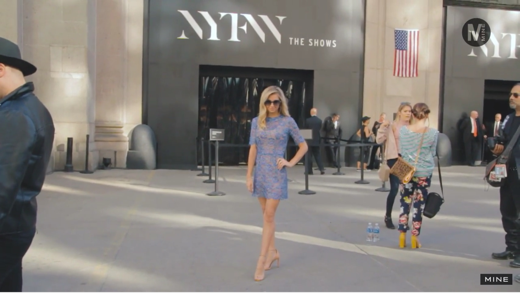 【New York Fashion Week】Skylight at Moynihan Stationの前でパパラッチ