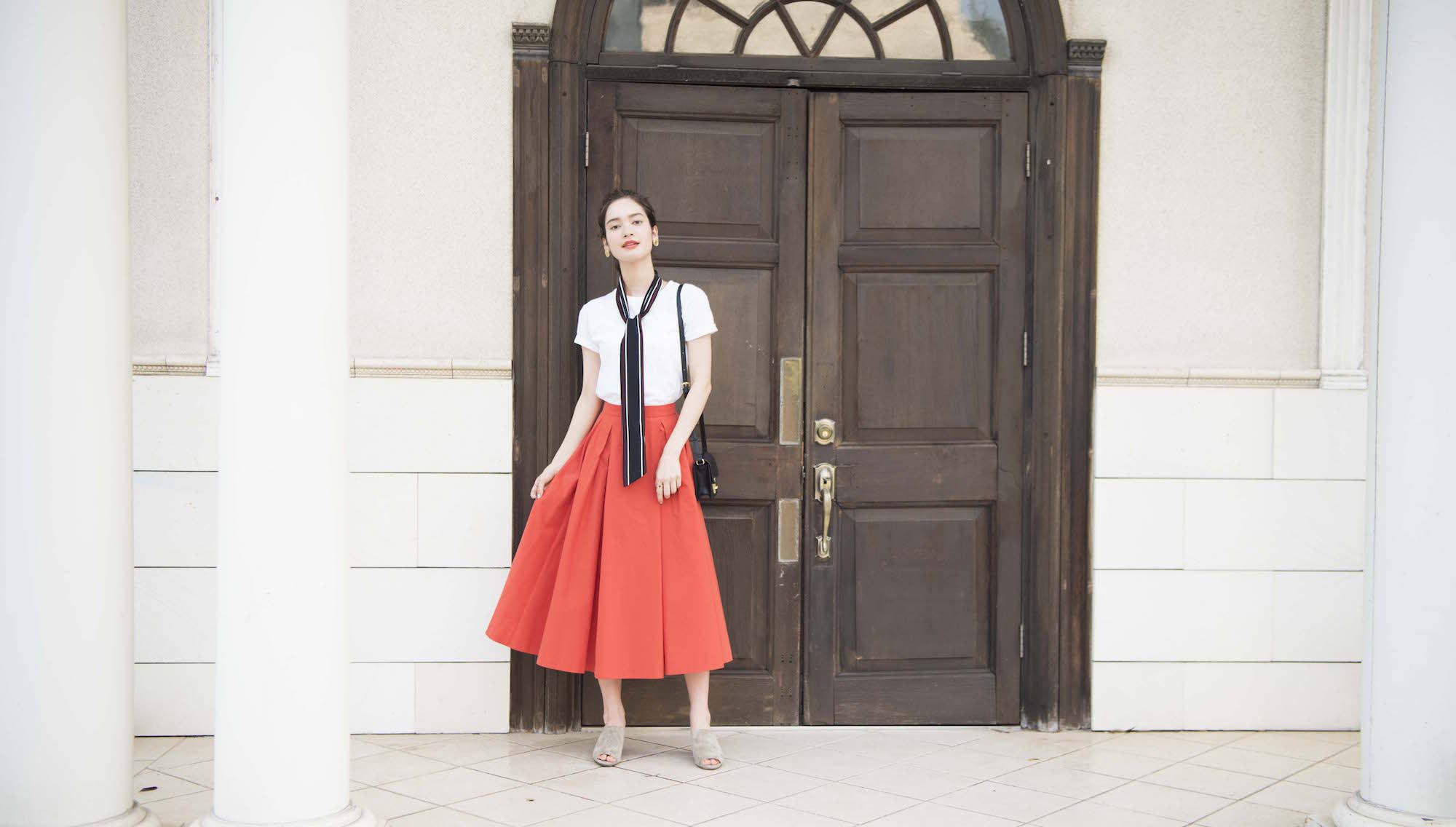ベーシックな「白T」にマッチする、カラフルなスカートスタイル