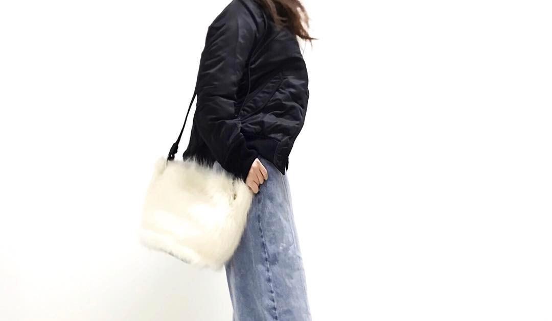 デニムワイドパンツの着こなしはバランスが命!女性らしさが際立つコーデをチェック