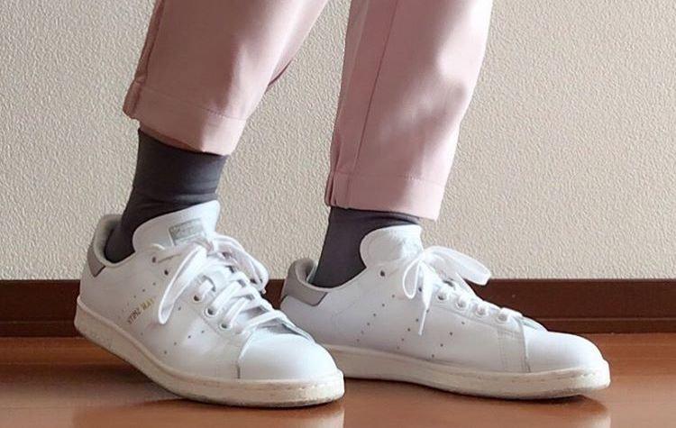 キレイめ大人カジュアルの足元は、やっぱり白スニーカーに決まり!