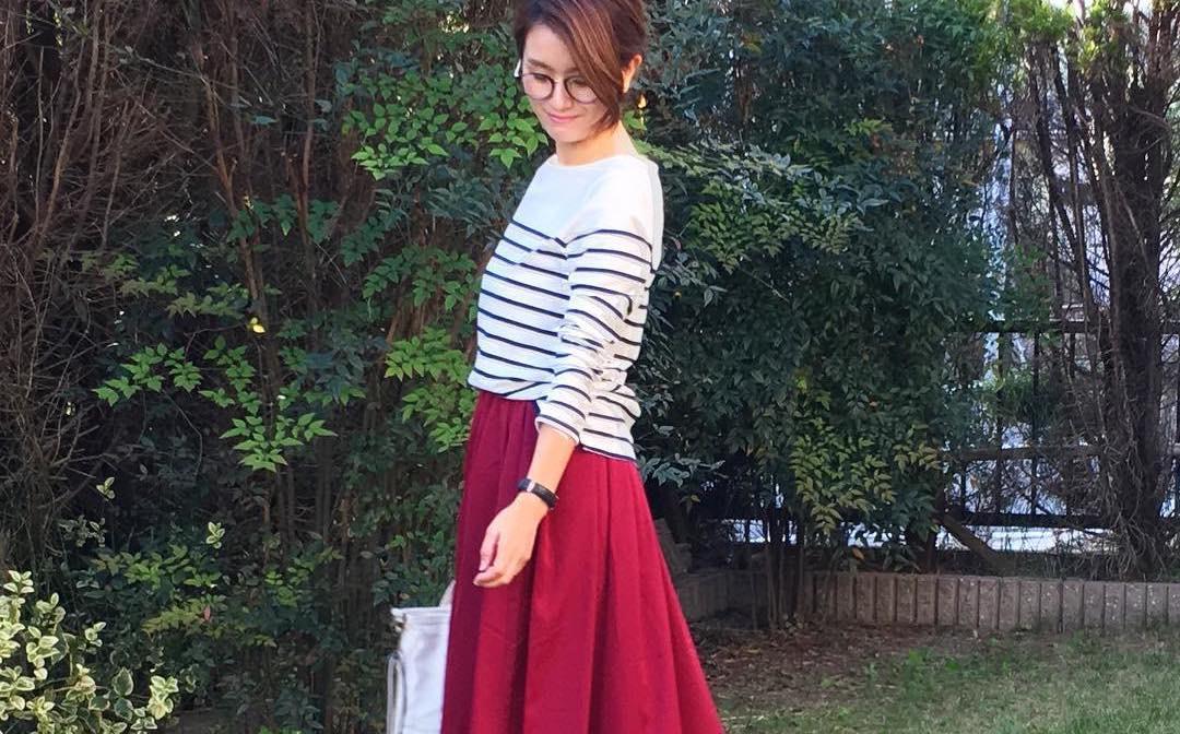 ボトムは情熱的なカラースカートで。赤スカートがあれば大人女子アップな着こなしができる