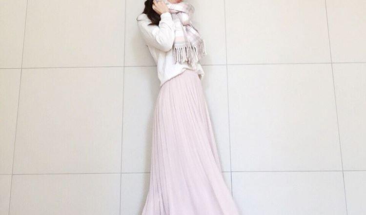 揺れる裾が素敵!春のトレンドを押さえた大人のプリーツスカートコーデ集