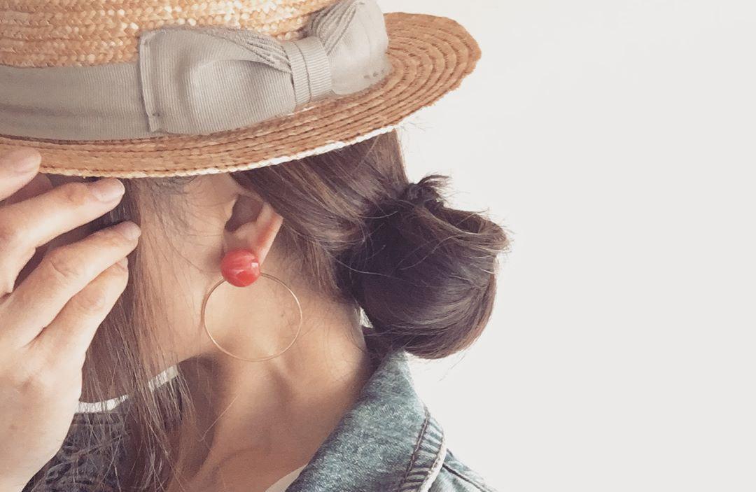 さりげないナチュラルコーデに最適。春からしっかり活用させる大人女子の「麦わら帽子」コーデ例