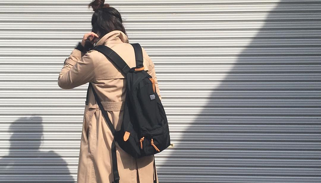 定番小物で叶う抜け感コーデ。黒リュックで幅広な着こなしはササッと作る