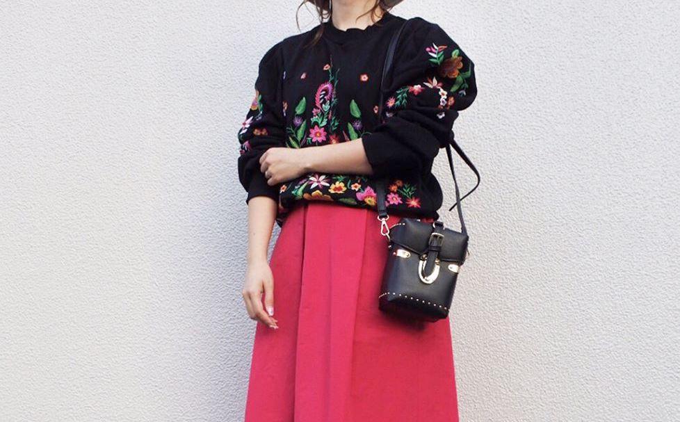 選ぶのはきれい目カラーのボトムス。赤スカートで色鮮やかな春の装いを堪能する