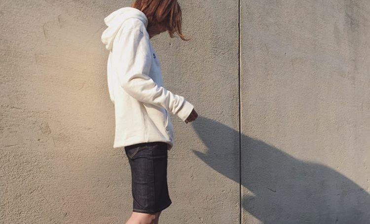 王道ファッションアイテムは春コーデのマスト。白パーカーで程よくカジュアルなコーデ