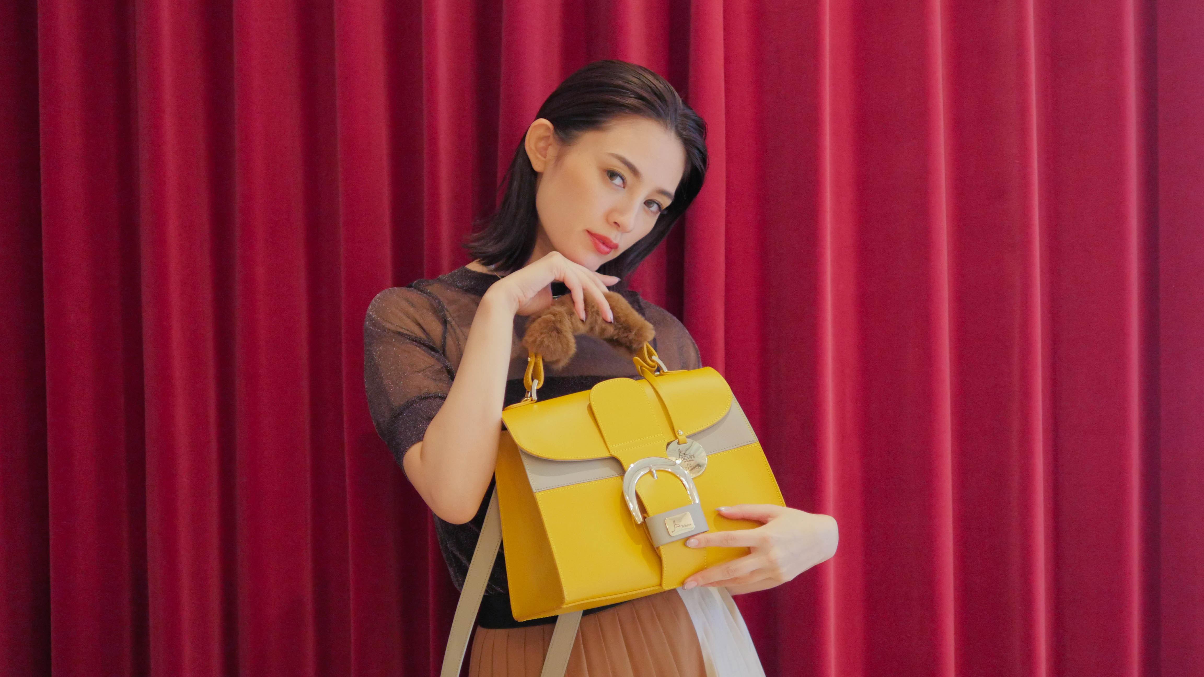"""今年のレザーバッグは""""ファー付き""""が豊富!小物で季節を取り入れよう"""