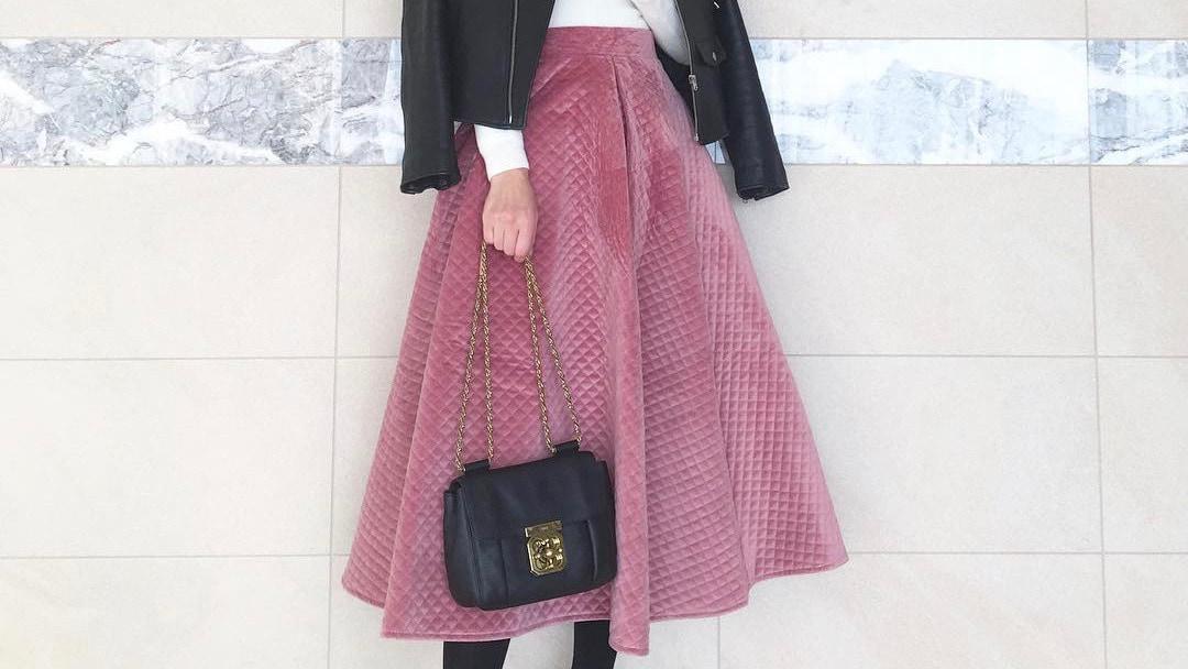 華やかに仕上がるカラースカートで冬コーデをトーンアップ