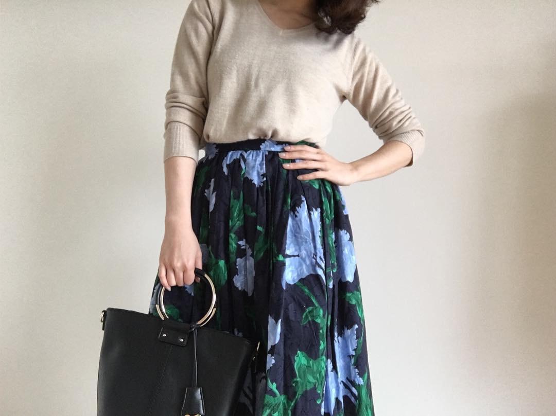 落ち着きのある軽さがポイント。今旬「花柄スカート」で叶える大人の春コーデ