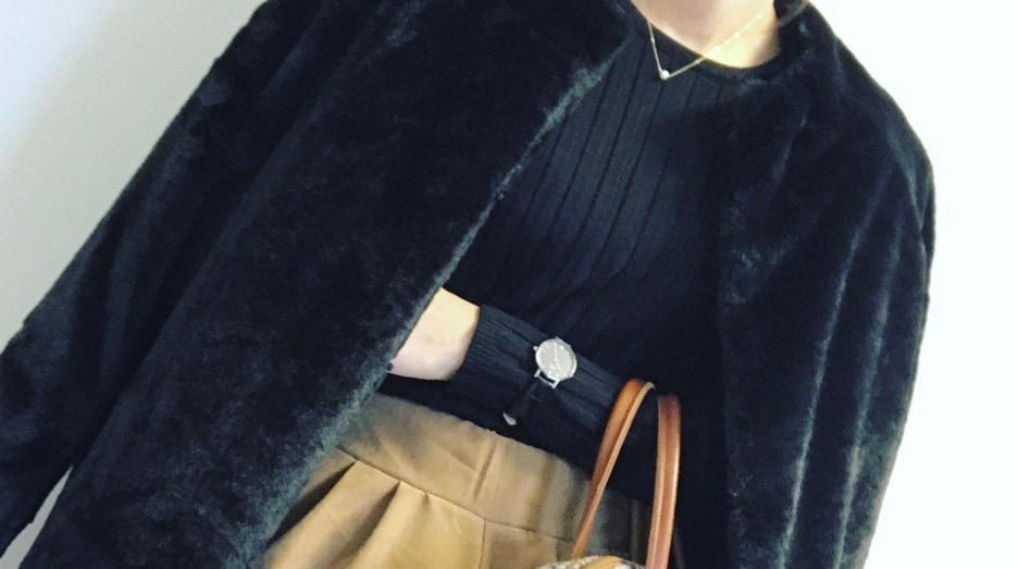 冬も上品&ベーシックな黒トップス×ベージュボトムが好き