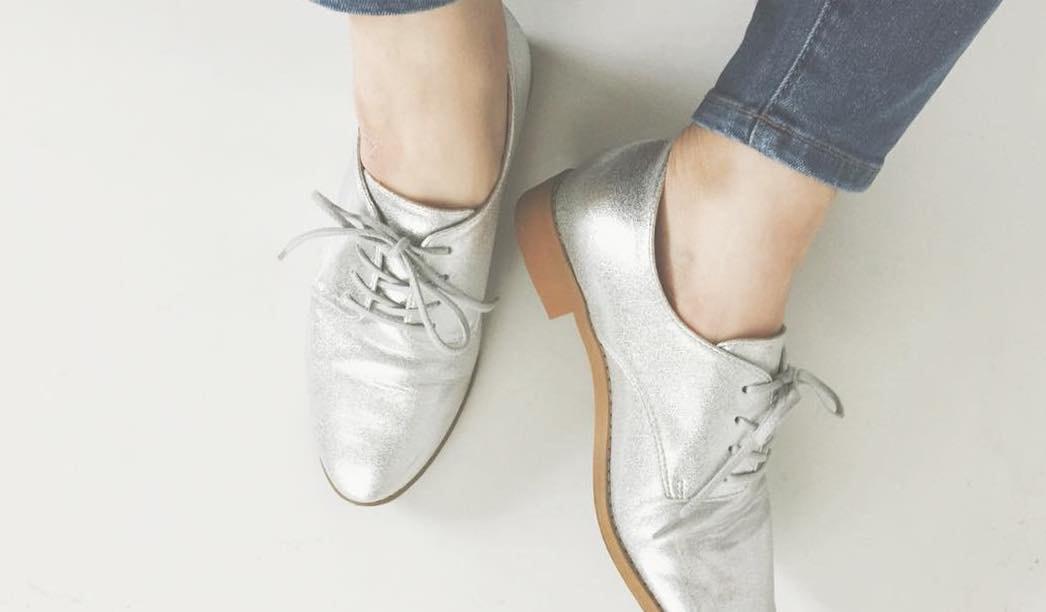 今すぐ履きたい!ハイグレードな銀のメタリックシューズコーデ集