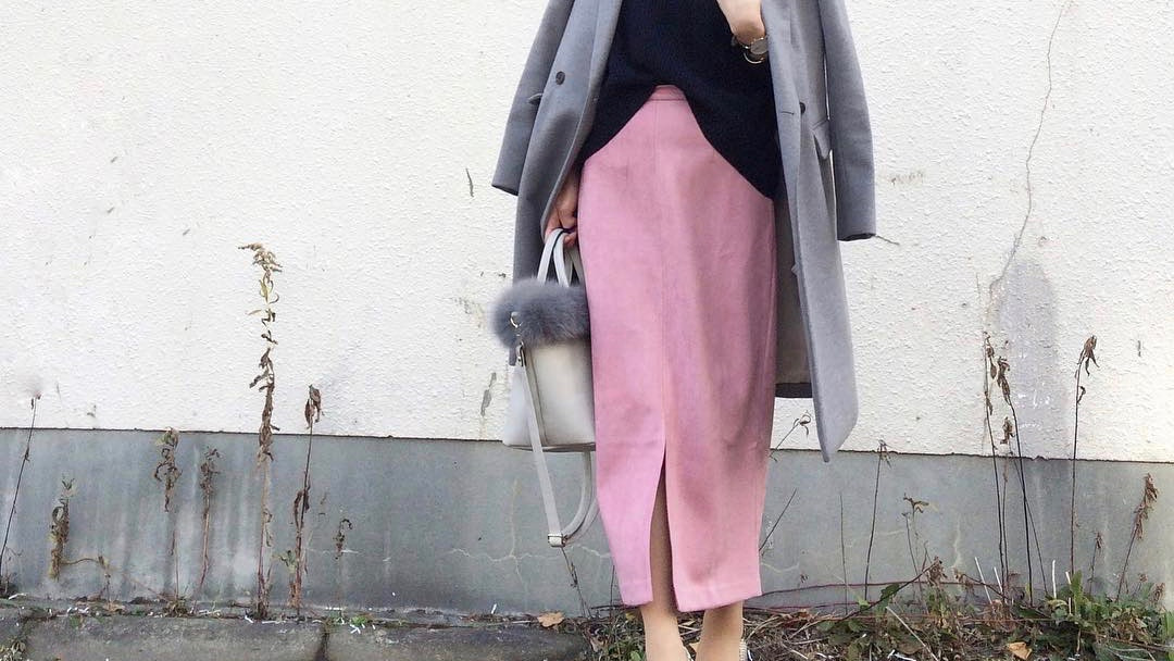 アウター×きれい色スカートで作る冬のフェミニンコーデ