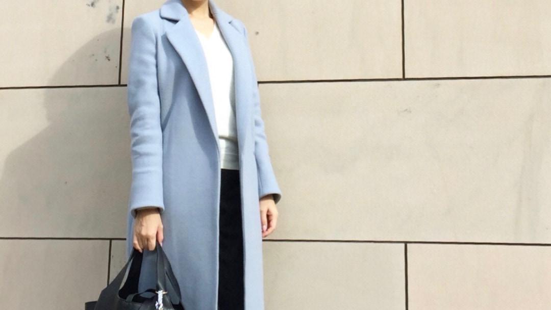 今季は優し気カラーのアイスブルーのコートをGET!