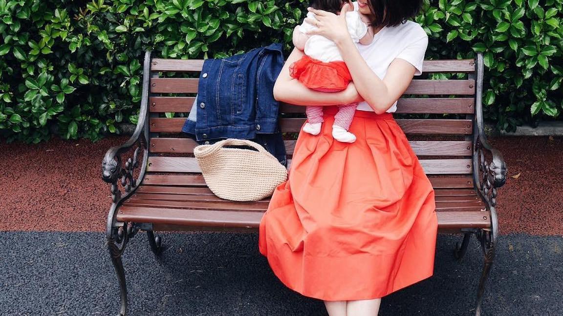 良く晴れた秋空に映える赤スカートの大人可愛いコーデ10選