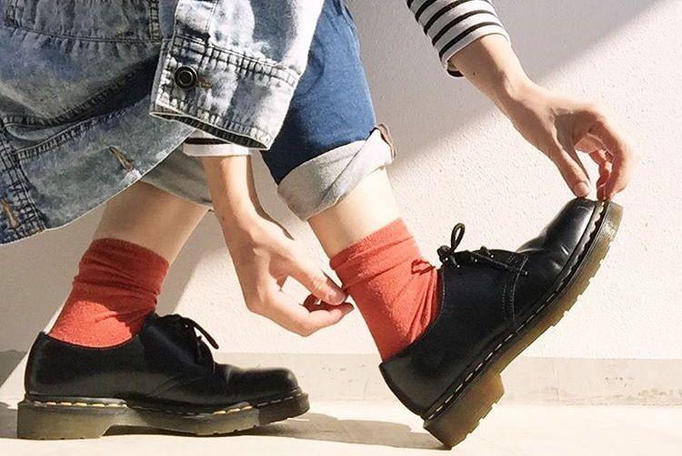 今日の足元は何色?ファッショニスタはカラーソックスで足元から洒落る