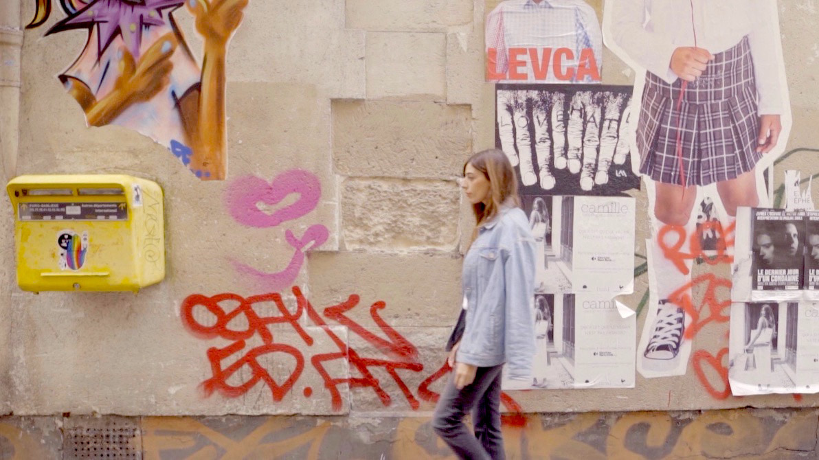 【Paris】デニムONデニムスタイルはホワイトと組み合わせて爽やかに着こなす