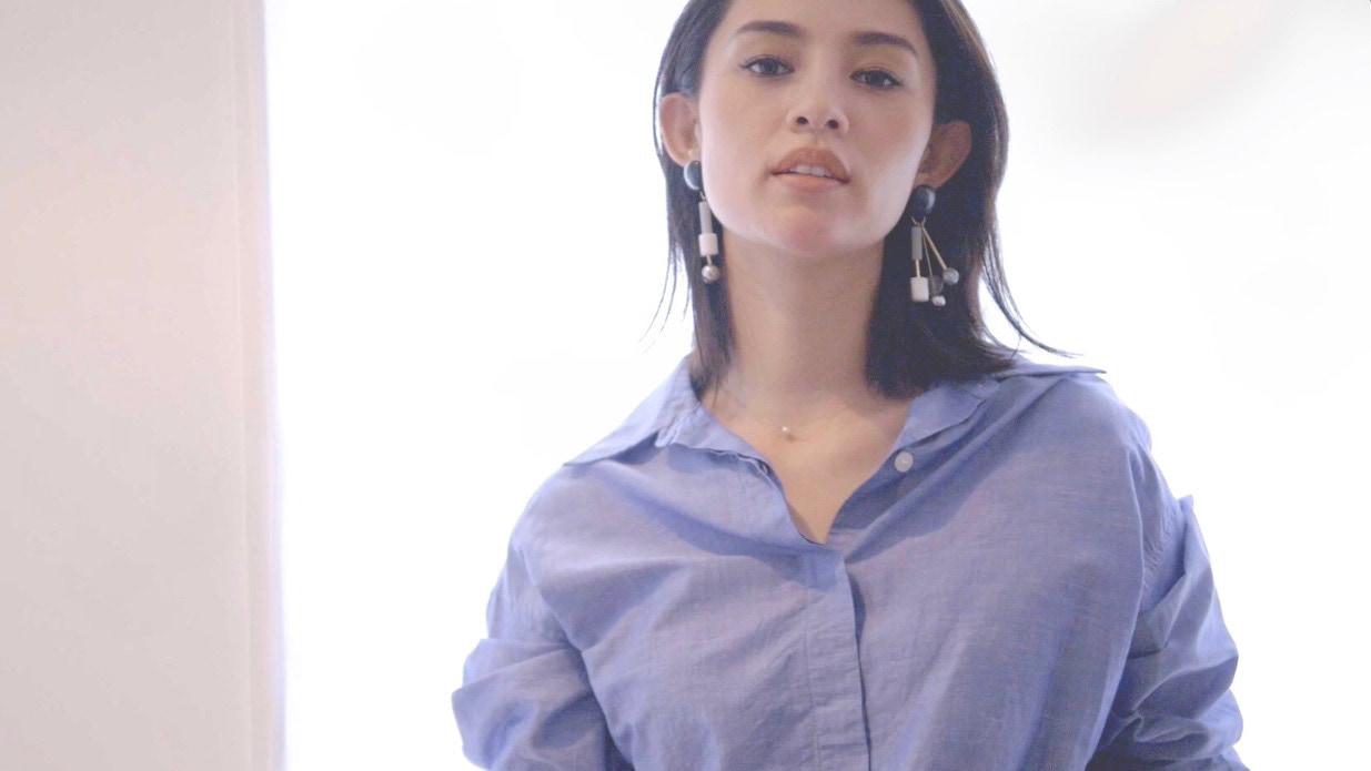 女性らしく知的な印象を叶えてくれる定番アイテム、シャツを秋口に更新