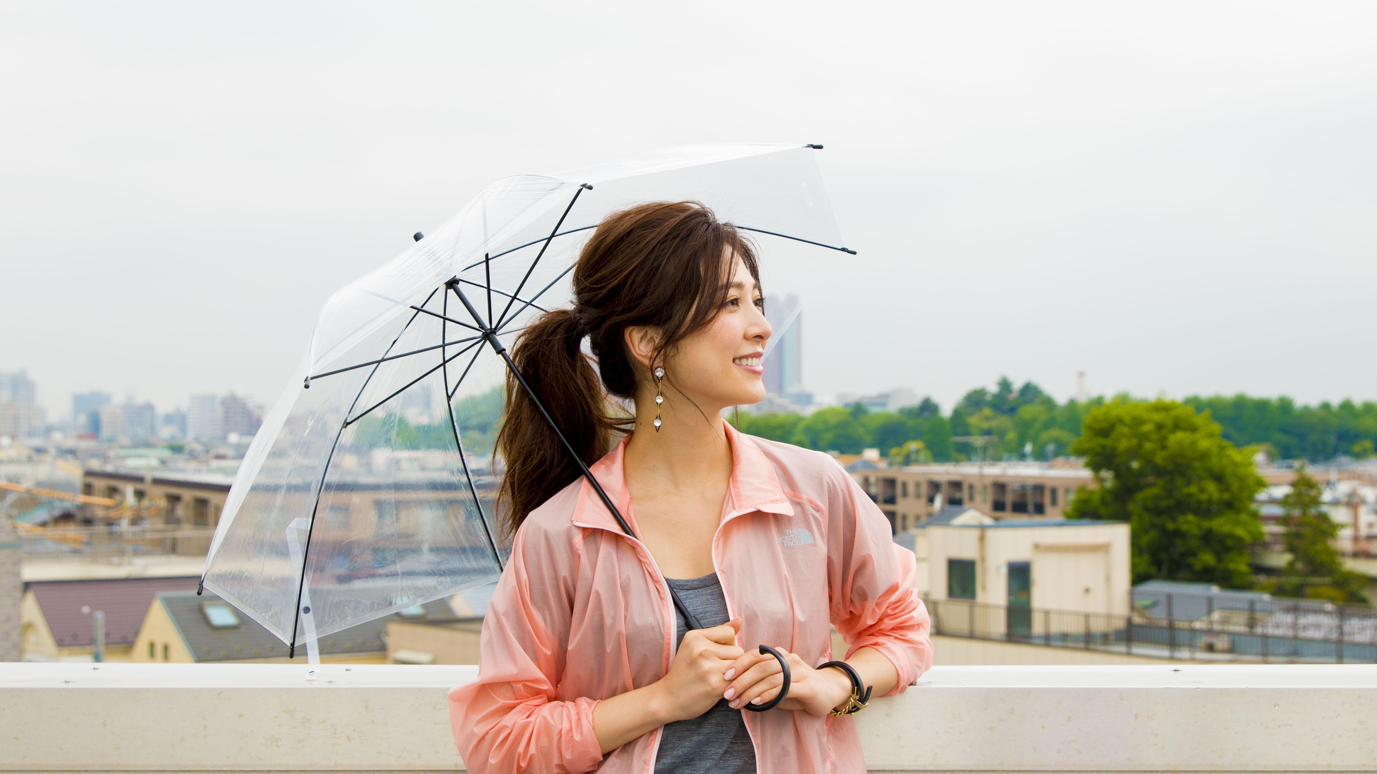 雨季やフェス、スポーツにも。持ってて便利な〝機能性ブルゾン〟