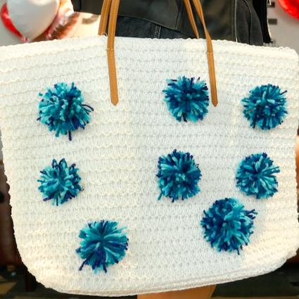 【DIY】好きな色の毛糸を用意するだけ!無地のバッグをポンポンバッグにDIY