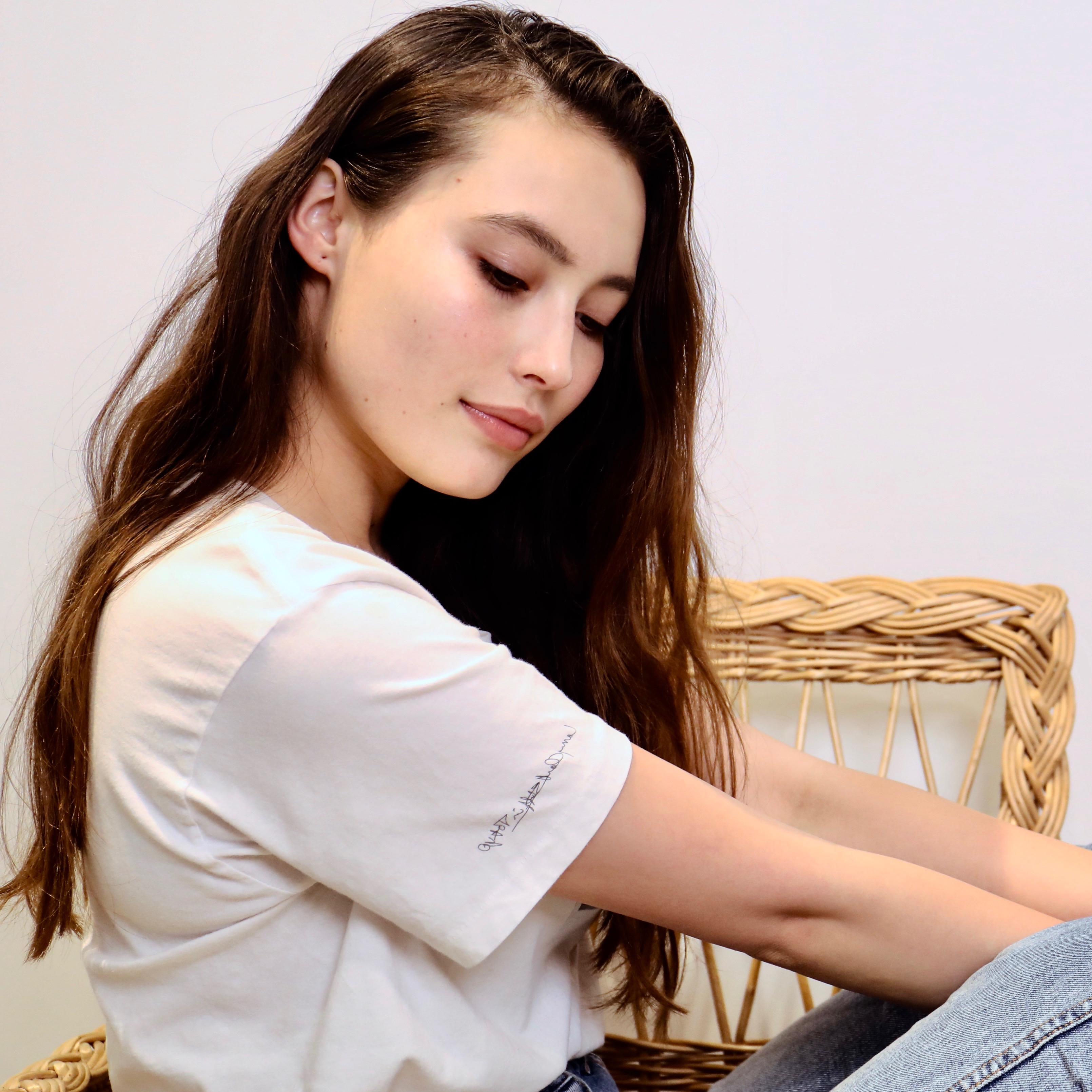 【髪型で変わるTシャツの着こなし】外国人風なウェービー巻きをマスター!