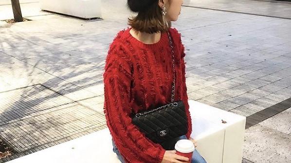 冬コーデのマンネリには、「赤ニット」投入で華やぎプラス