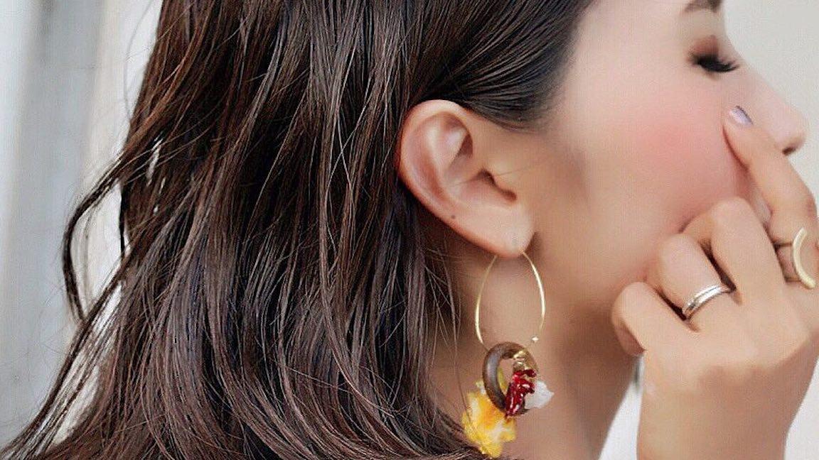 大ぶりピアスで秋のおしゃれを格上げ!耳元に揺れる女っぽさ