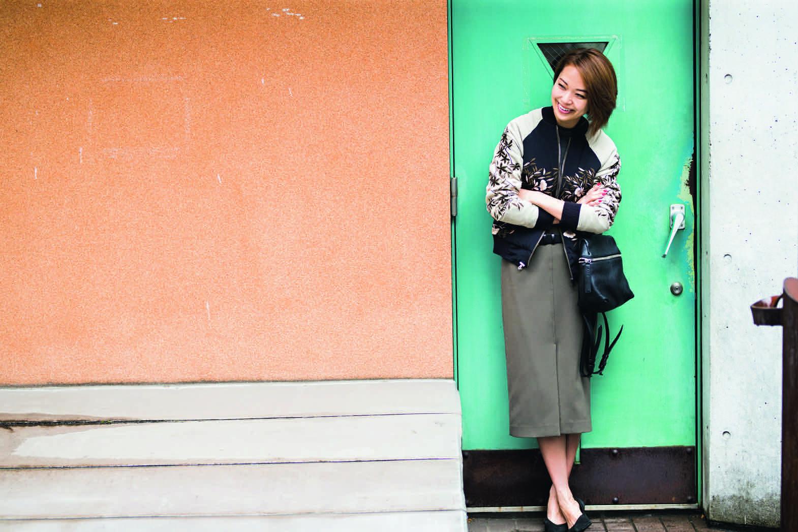 インパクト大の刺繍スタジャンを、あえてタイトスカートで女っぽく/小山田早織さんの7days coordinate #Day4