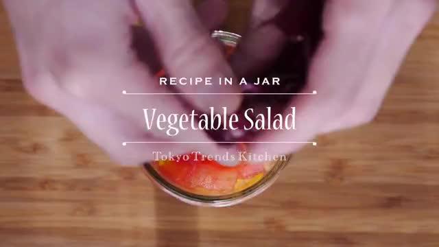 フレンチドレッシングで食べる新鮮野菜サラダ